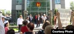 Активисты общественного объединения «Оставим народу жилье» проводят акцию протеста у здания Kaspi bank. Иллюстративное фото. Алматы, 7 июня 2013 года.