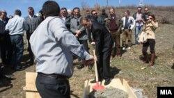Министерот за животна средина Абдулаќим Адеми на поставувањето на соларни панели, во тетовско Теново.