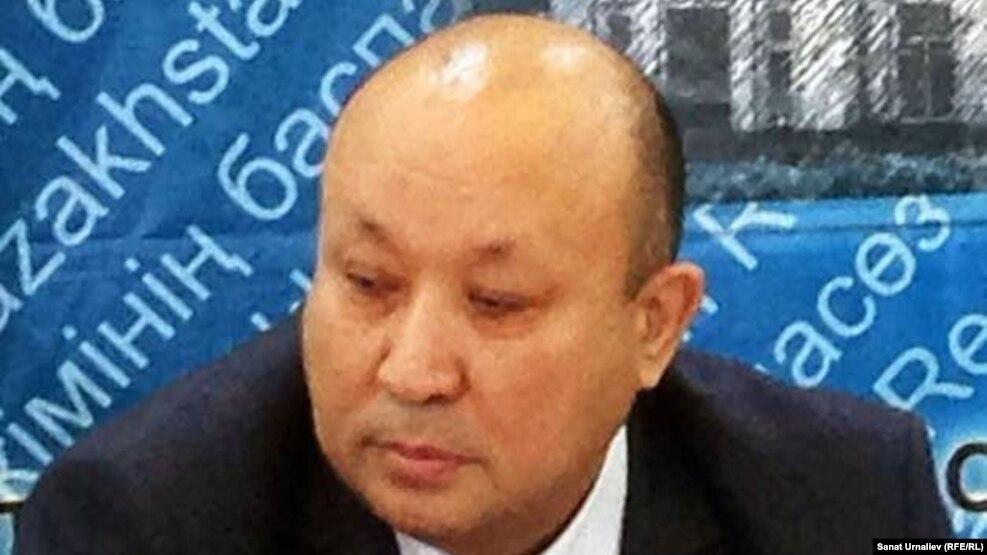 Мухамгали Арыспаев в бытность руководителем департамента по защите прав потребителей Западно-Казахстанской области во время пресс-конференции. Уральск, 5 июля 2015 года.