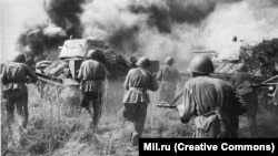 Red Army soldiers in battle in 1943