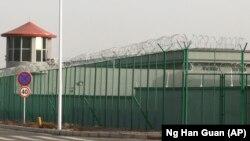 Огороженная высоким забором территория одного из «лагерей» в Синьцзяне. Декабрь 2018 года.