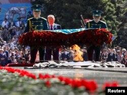 Нурсултан Назарбаев возлагает цветы к Вечному огню. Алматы, 9 мая 2018 года.