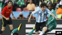 Лионел Месси из сборной Аргентины в атаке против команды Нигерии