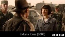 """Кадр из фильма """"Индиана Джонс 4. Королевство хрустального черепа"""", в котором Кейт Бланшет играет советского агента Ирину Спалько."""