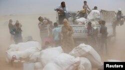 نازحون كرد سوريون يفرّون من كوباني