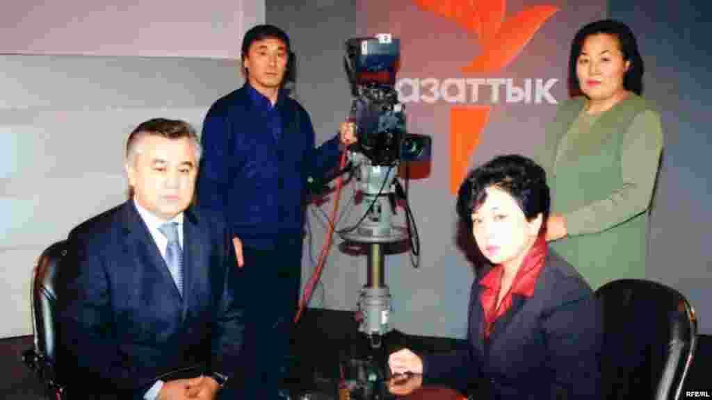 Бюбюкан Досалиева и Омурбек Бабанов перед съемкой телепередачи.