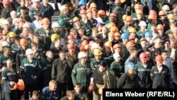 """Металлурги на забастовке на территории компании """"АрселорМиттал Темиртау"""". Темиртау, 29 июня 2012 года."""