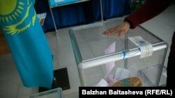 На выборах парламента в Алматы. Иллюстративное фото. 20 марта 2016 года.