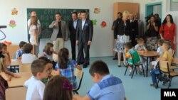 """Премиерот Никола Груевски присуствуваше на пуштањето во употреба на новото основно училиште """"Александар Македонски"""" во општина Аеродром."""