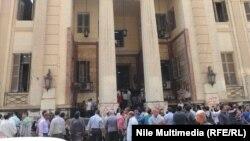 مصريون يتجمهرون أمام مدخل محكمة القاهرة للأمور المستعجلة عقب إصدارها قرار حكم حظر جماعة الأخوان المسلمين