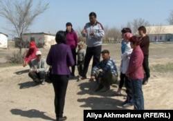 Жители села Кольтабан собрались на улице.