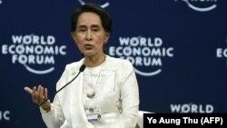 Нобель сыйлыгынын ээси Ан Сан Су Чжинин Ханойдогу форумда сүйлөп жатат, 13-сентябрь, 2018-жыл.