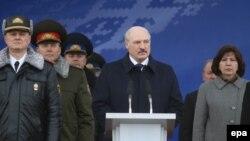 Президент Беларуси Александр Лукашенко (в центре). 4 марта 2017 года.