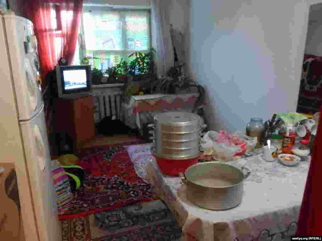 В комнатах площадью 18 квадратных метров жильцы спят, готовят и принимают пищу, здесь же умываются.
