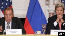 Kryediplomatët rus dhe amerikan, Sergei Lavrov dhe John Kerry gjatë një prej takimeve të mëparshme