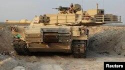 """عربة مدرعة للقوات العراقية أثناء هجوم على مواقع مسلحي """"داعش"""" في عامرية الفلوجة"""