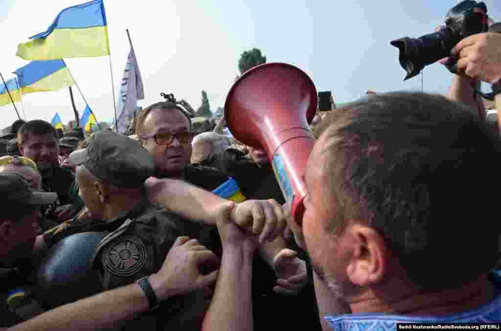 Потасовка между бойцами Нацгвардии и активистами, выступающими против хода