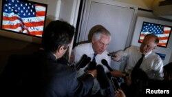Госсекретарь США Рекс Тиллерсон беседует с журналистами на борту самолета Air Force One на пути из Рима в Брюссель.
