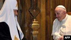 Рим папасы Франциск (оң жақта) пен Орыс православ шіркеуінің басшысы патриарх Кирилл. Гавана, Куба, 12 ақпан 2016 жыл.