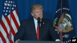 Президент США Дональд Трамп виступає після атаки на аеродром у Сирії, 7 квітня 2017 року