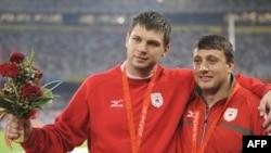 Дзевятоўскі і Ціхан падчас алімпійскай цырымоніі ўзнагароджаньня