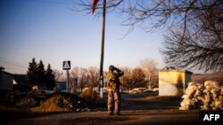 Ռուսամետ անջատականը դիտարկում է ուկրաինական բանակի դիրքերը Ֆրունզե գյուղի մոտակայքում, 4-ը նոյեմբերի, 2014թ․