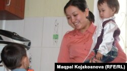 27-летняя Динара Киялова с детьми. Алматы, 5 марта 2013 года.