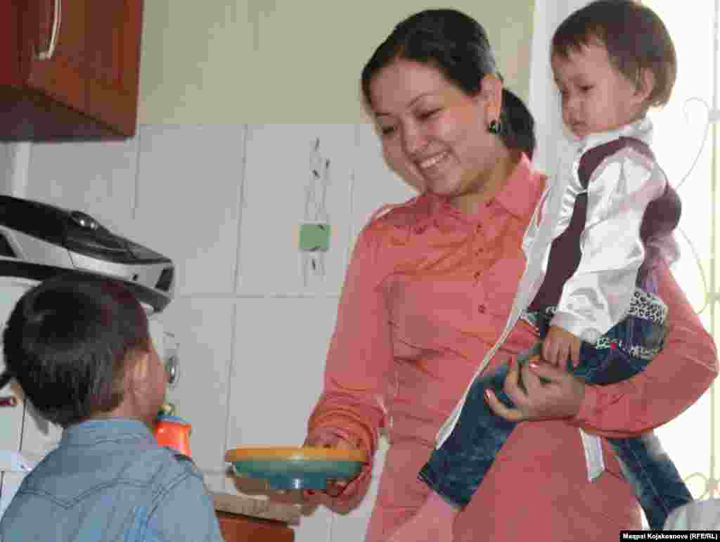 Дүрт яшьлек Абзал һәм ике яшьлек Айганымның әнисе 27 яшьлек Динара Кыялова Алматы университетында эшли.