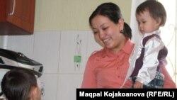Динара Қиялова ұлы Абзал және қызы Айғаныммен. Алматы, 5 наурыз 2013 жыл