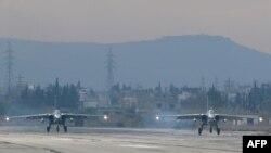 Российские военные самолеты Су-24 на авиабазе Хмеймим в сирийской провинции Латакия. 16 декабря 2015 года.