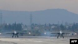 Российские бомбардировщики Су-24 на российской военной базе Хмеймим в сирийской провинции Латакия, 16 декабря 2015 года.