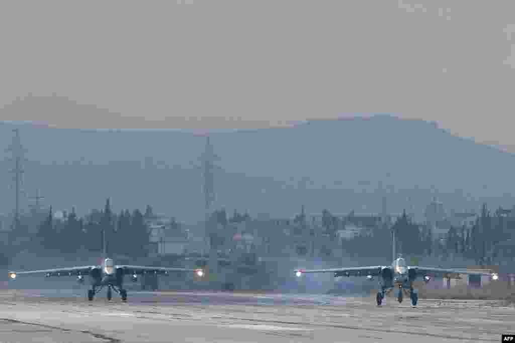 Российские боевые самолеты Су-24 на авиабазе Хмеймим на западе Сирии, декабрь 2015 года