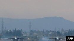 Российские бомбардировщики Су-24 на военной базе Хмеймим в Сирии