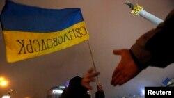 Украинаның Еуропа Одағымен келісімге қол қоюын жақтайтындар Киевтегі Тәуелсіздік алаңында қол алысып тұр. 13 желтоқсан 2013 жыл.