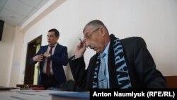 Сулейман Кадиров (праворуч) і його адвокат Еміль Курбедінов (ліворуч) на суді в Феодосії, 28 лютого 2018 року