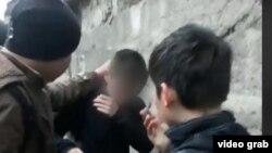 Желіде тараған Түркістандағы әлімжеттік оқиғасының видеосынан скриншот.