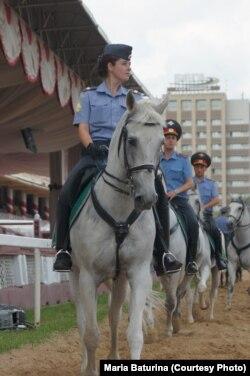 Мария Батурина с конем Броском, которого она не смогла выкупить. Фото 2012 года