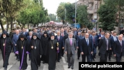 Nagorno-Karabakh - Armenian President Serzh Sarkisian (C) leads a march in Stepanakert that marks the 20th anniversary of Nagorno-Karabakh's declaration of independence from Azerbaijan, 02Sep2011.