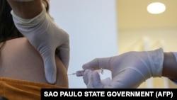 Еріктіге Қытайдың Sinovac Biotech компаниясы шығарған вакцинаны салып жатқан дәрігер. Көрнекі сурет.