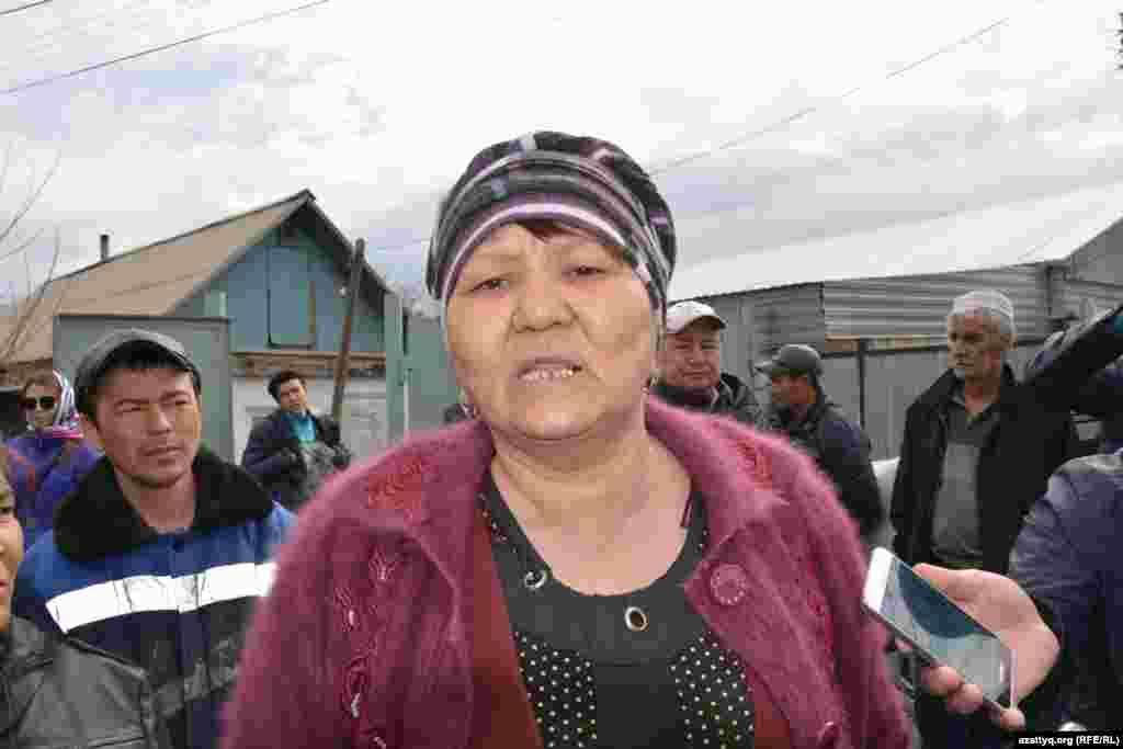 «Дети не могут пойти в школу. Одежда, учебные принадлежности остались под водой. Нам нужна помощь. Мы не просим одежду и еду. Нам нужна помощь в восстановлении дома, нужны строительные материалы», - говорит жительница Махамбета Гульбаршын Камысбаева.