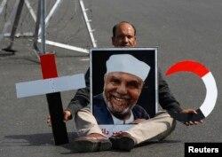 Один из сторонников военных на демонстрации противников Мурси и исламистов в Каире. 28 февраля