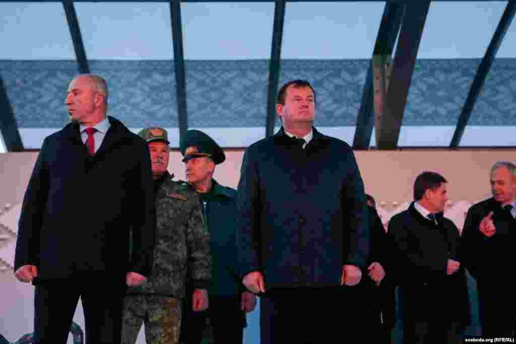 На пярэднім пляне: міністар унутраных спраў Юры Караеў(зьлева) і дзяржаўны сакратар Савета бясьпекі Андрэй Раўкоў(справа)