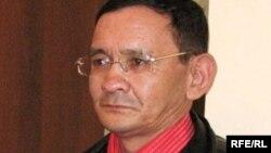 Журналист Асхат Бименбетов өзіне қатысты сот шешімін тыңдап тұр. Алматы, 19 наурыз 2009 ж.