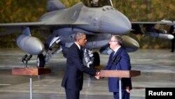 Польша -- Барак Обама Польшанын президенти Бронислав Коморовский менен учурашууда. Варшава, 3-июнь, 2014.