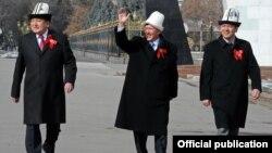 (çepden saga) Parlamentiň spikeri Asylbek Jeenbekow, prezident Almazbek Atambaýew, premýer-ministr Omurbek Babanow Baýdak gününde, Bişkek, 3-nji mart.