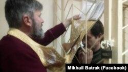 Архієпископ Климент (л) став громадським захисником засудженого Володимира Балуха (п), 2 квітня 2018 року