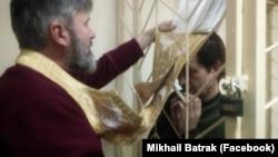 Воолодимир Балух і архієпископ Климент, якого 2 квітня суд в анексованому Криму призначив громадським захисником активіста