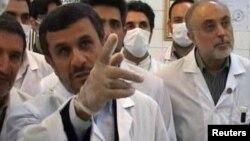Махмуд Ахмадинежад вместе с учеными-ядерщиками