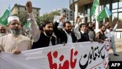 Protestanti traže da se Musharraf povuče. Demonstracije u Islamabadu, 5.11.2007.