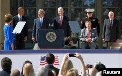 Прэзыдэнт Барак Абама і чатыры былыя прэзыдэнты Злучаных Штатаў 25 красавіка 2013 года ўзялі ўдзел у цырымоніі адкрыцьця бібліятэкі і музэя імя Джорджа Буша-малодшага ў Даласе ў штаце Тэхас.